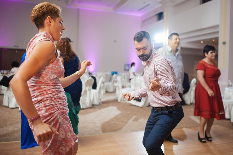 Fotografie invitat care danseaza cu patos pe ringul de dans