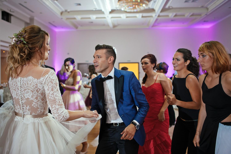 Fotografie mire care danseaza cu mireasa