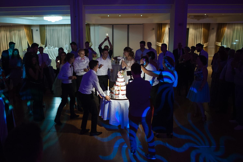 Fotografie profesionista de nunta restaurant dupa taierea tortului
