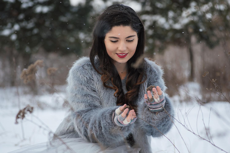 Mireasa admira o planta uascata care iese din zapada, trash the dress iarna