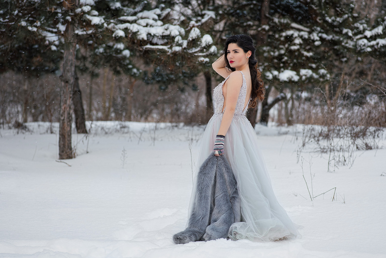Mireasa care pozeaza la sedinta foto de after wedding, trash the dress iarna