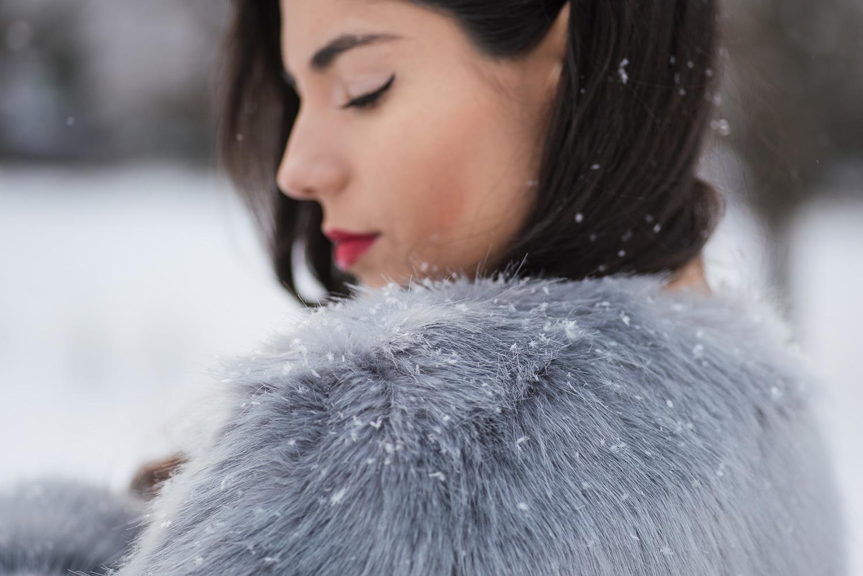 Detaliu umar haina de blana mireasa la trash the dress iarna