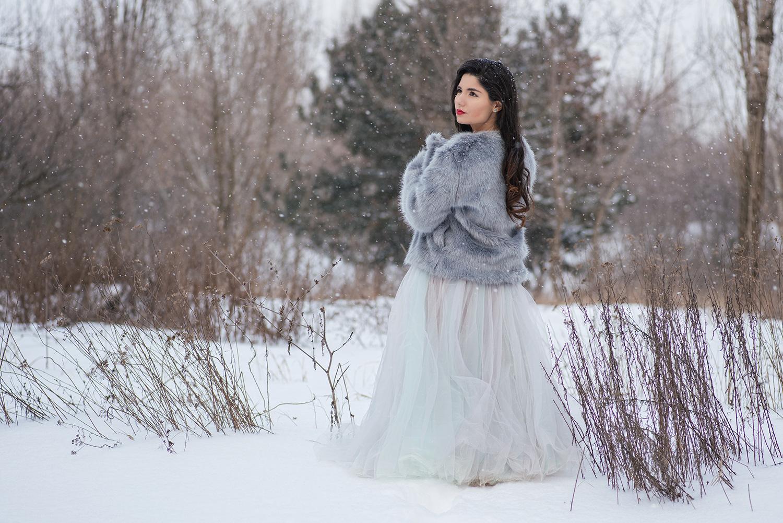 Mireasa in rochie si haina de blana in zapada