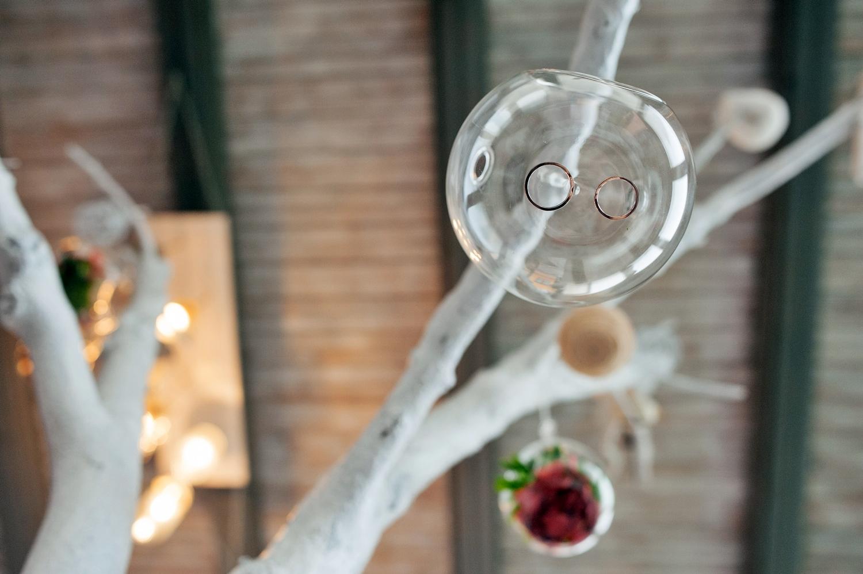 Fotograf profesionist de nunta, nunta, fotograf profesionist, fotograf Bucuresti, fotograf de nunta, detaliu verighete in glob de sticla