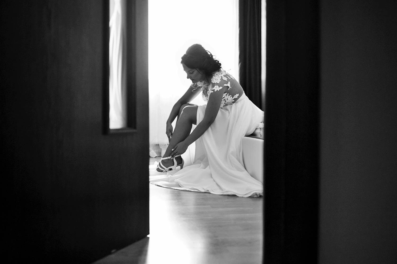 Fotograf profesionist de nunta, nunta, fotograf profesionist, fotograf Bucuresti, fotograf de nunta, fotografie alb negru a miresei prin deschizatura usii