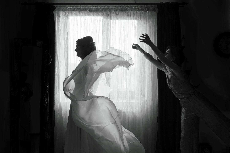 Fotograf profesionist de nunta, nunta, fotograf profesionist, fotograf Bucuresti, fotograf de nunta, fotografie alb negru pregatiri mireasa, domnisoara de onaoare si mireasa, pregatiri mireasa