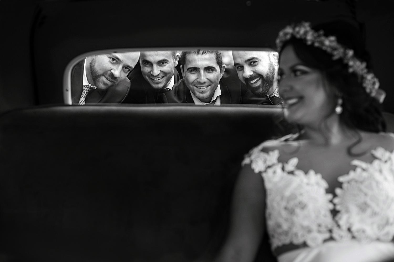 Fotograf profesionist de nunta, nunta, fotograf profesionist, fotograf Bucuresti, fotograf de nunta, fotografie alb-negru, mireasa si cavalerii de onoara, sedinta foto profesionista de nunta