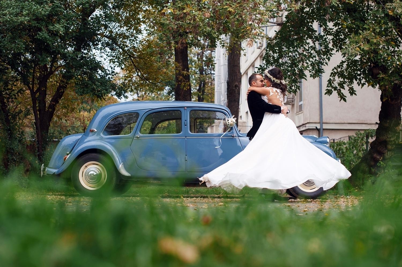 Fotograf profesionist de nunta, nunta, fotograf profesionist, fotograf Bucuresti, fotograf de nunta, mirele o ia in brate pe mireasa, mirele o invarte pe mireasa, sedinta foto nunta, sedinta foto profesionista