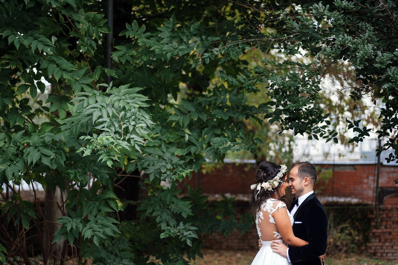 Fotograf profesionist de nunta, nunta, fotograf profesionist, fotograf Bucuresti, fotograf de nunta, portert romantic nunta, mire si mireasa frunte in frunte, portret miri in natura, portret miri sedinta foto nunta, sedinta foto ziua nuntii, sedinta foto profesionista de nunta